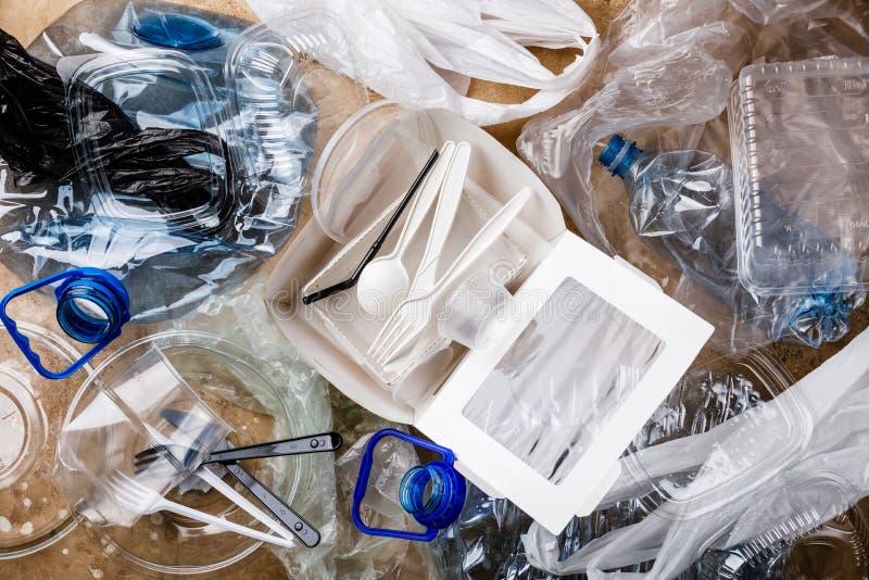 Återanvänd samlingen för separat plast- avskräde för begreppet avfalls arkivbild