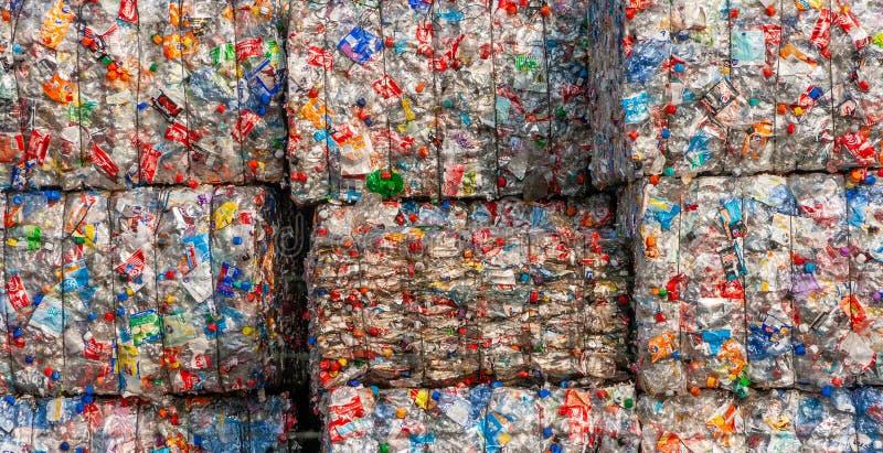 Återanvända plast- flaskor i baler royaltyfri foto