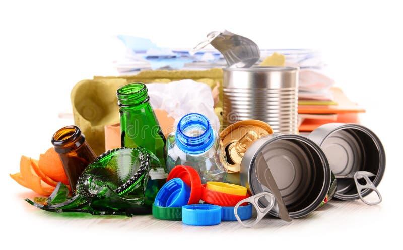 Återanvändbar avskräde som består av exponeringsglas, plast-, metall och papper arkivfoto