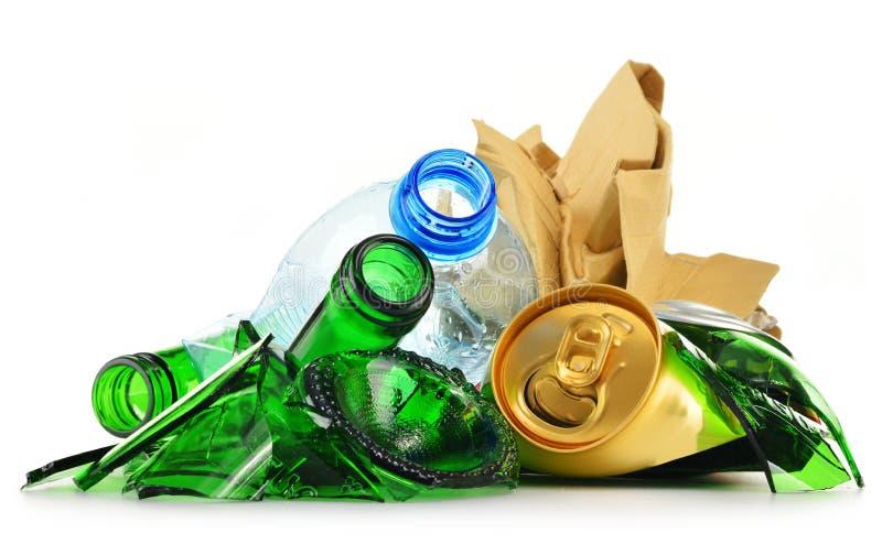 Återanvändbar avskräde som består av glass plast- metall och papper fotografering för bildbyråer