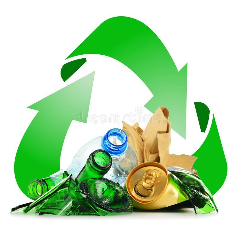 Återanvändbar avskräde som består av glass plast- metall och papper arkivfoton