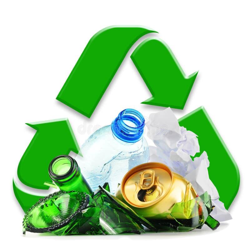 Återanvändbar avskräde som består av glass plast- metall och papper royaltyfri fotografi