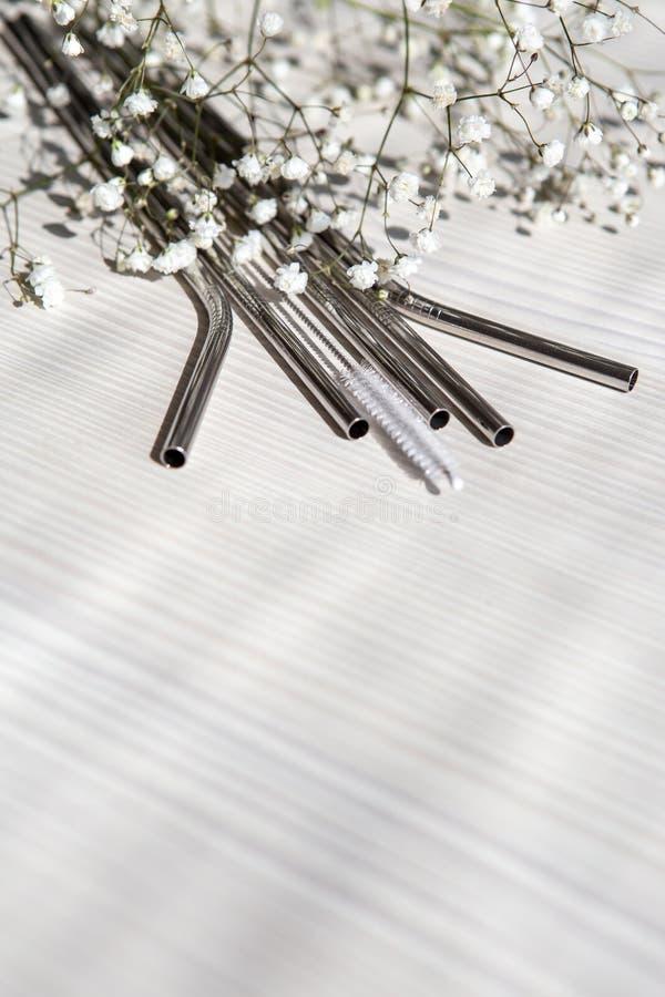 Återanvändbara metallhalsar för drycker med rengöringspenna arkivfoto