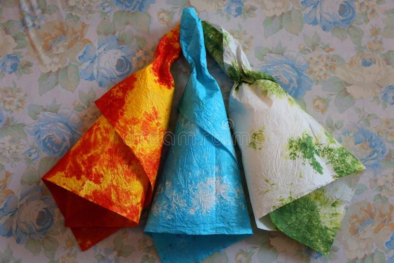 Återanvänt färgrikt papper för blommor fotografering för bildbyråer