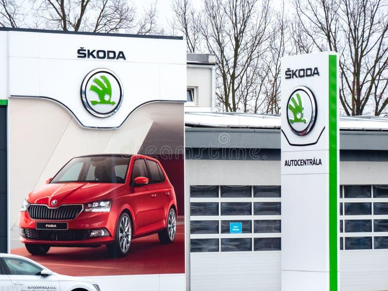 Återförsäljare av ett tjeckiskt Skoda automatiskmärke i Ostrava med företagslogoer och ett stort baner av Fabiaen royaltyfri fotografi