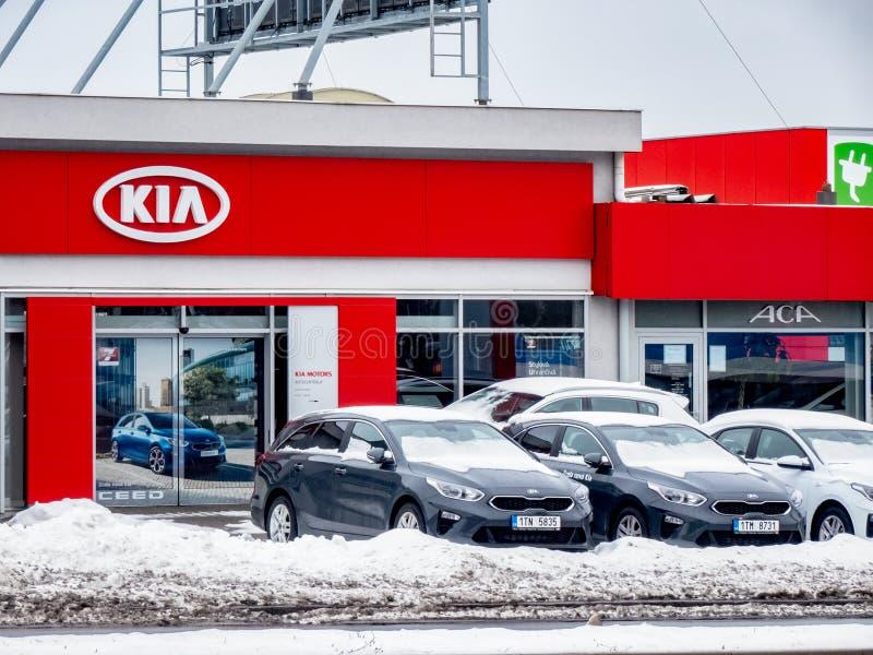 Återförsäljare av ett tjeckiskt Skoda automatiskmärke i Ostrava med företagslogoer och ett stort baner av Fabiaen arkivfoton
