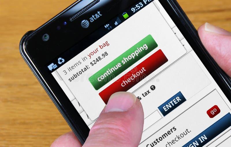 återförsäljnings- shopping för mobil royaltyfri fotografi