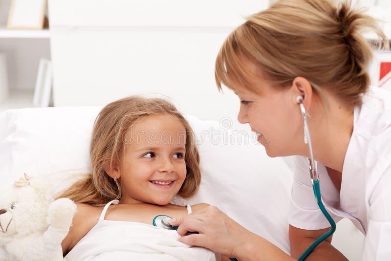 Återställa för liten flicka - som kontrolleras av doktorn royaltyfria bilder