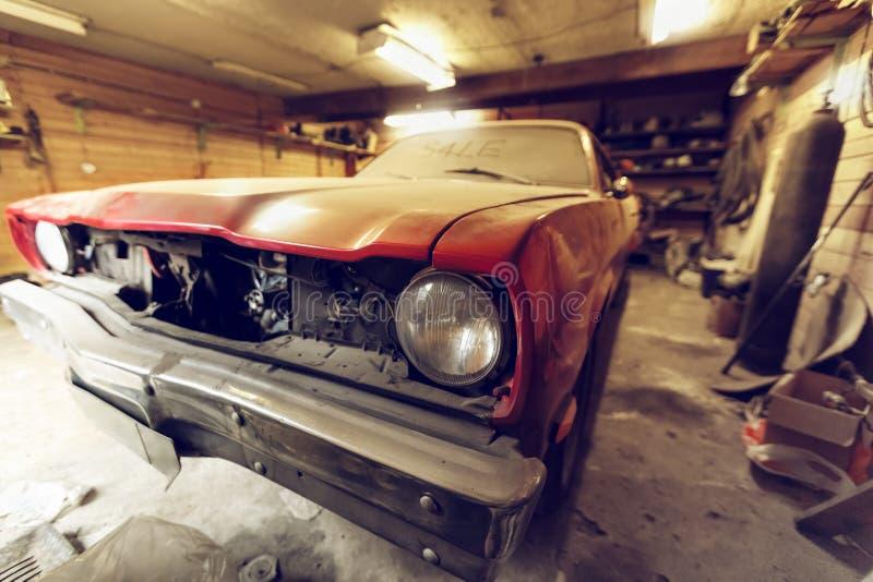 Återställande av den klassiska bilen Slut upp bilen för främre sida för sikt den klassiska, främre billykta av en bruten dammig b arkivbilder