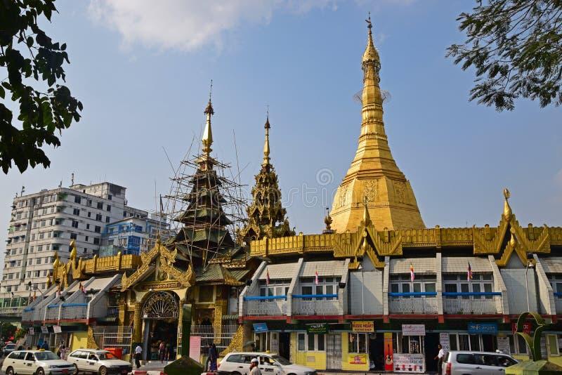 Återställande- & beskyddarbete för Sule Pagoda i i stadens centrum Yangon arkivbilder