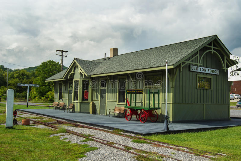 Återställd c- & nolla-drevstation i Clifton Forge, VA royaltyfria foton