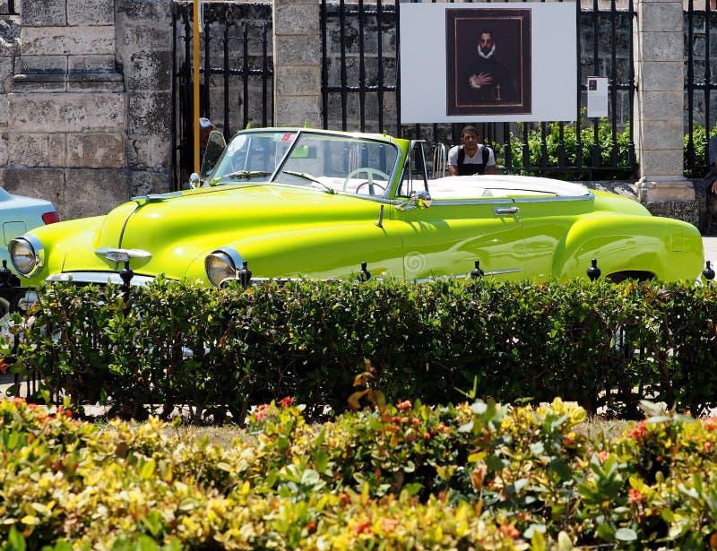 Återställd cabriolet för limefruktgräsplan i Havana Cuba arkivfoto