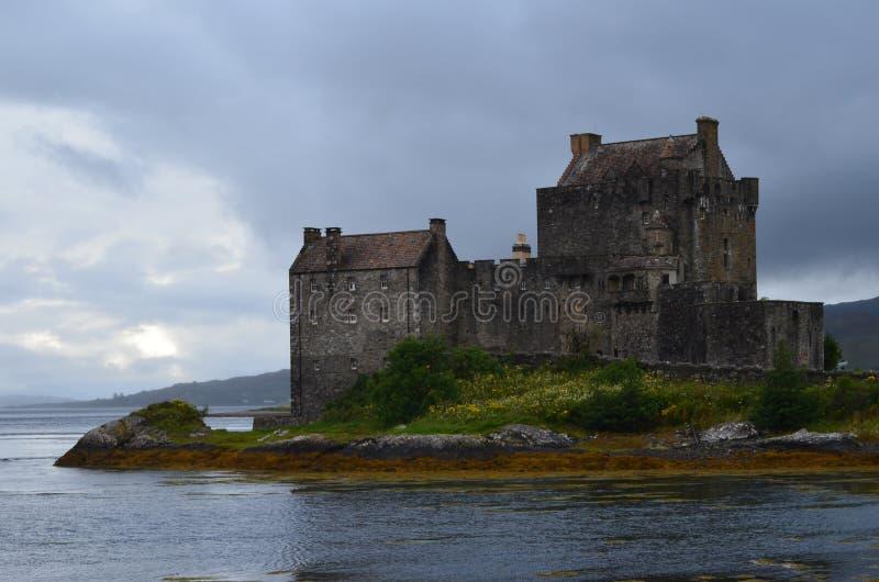 Återställd medeltida Eilean Donan slott i Kyle av Lochalsh, västra Skottland fotografering för bildbyråer