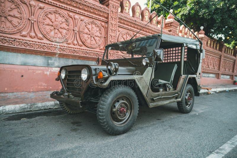 ?terst?lld retro jeep Willis under den amerikanska vietnamkriget p? sanden i ?knen av Vietnam arkivfoto