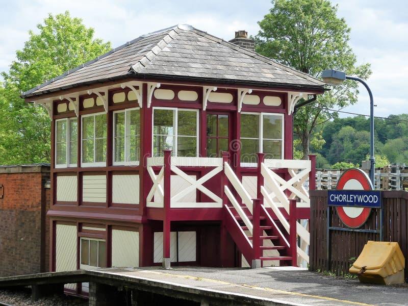 Återställd träsignalask på den Chorleywood järnvägsstationen fotografering för bildbyråer