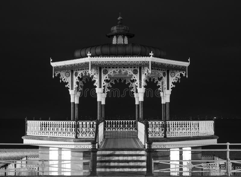 Återställd viktoriansk estrad på konungar promenad, Brighton, East Sussex, UK Fotograferat i monokrom på natten royaltyfria bilder