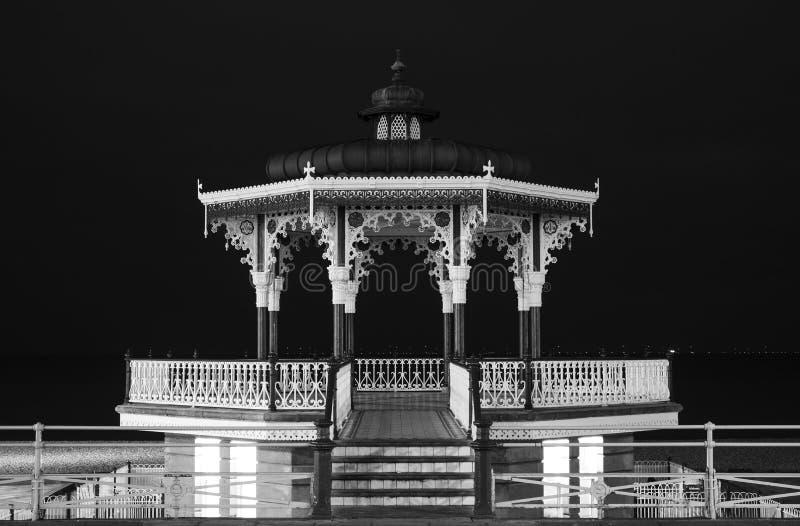 Återställd viktoriansk estrad på konungar promenad, Brighton, East Sussex, UK Fotograferat i monokrom på natten royaltyfri bild