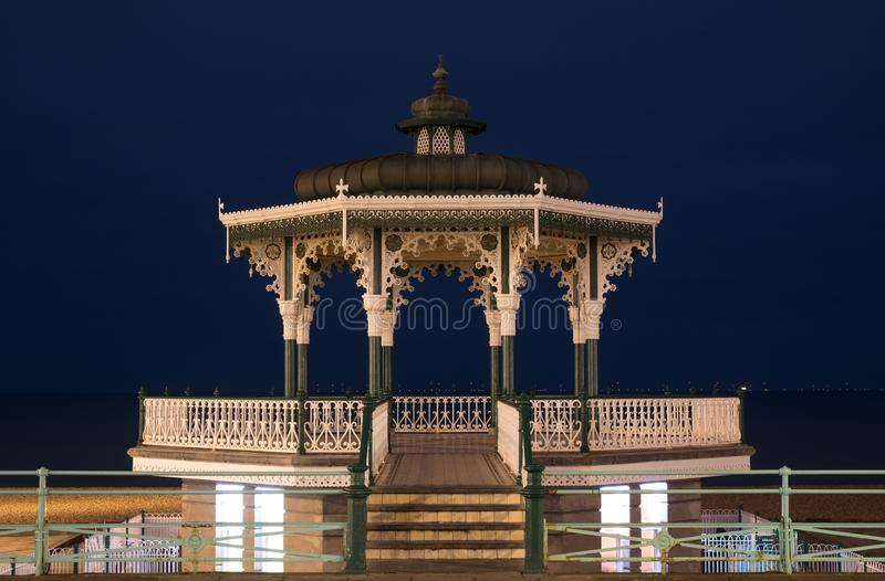 Återställd viktoriansk estrad på konungar promenad, Brighton, East Sussex, UK Fotograferat på natten arkivfoton