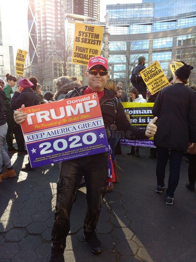 Återvälja det trumf2020 valet, mars för kvinna` s, NYC, NY, USA arkivfoton