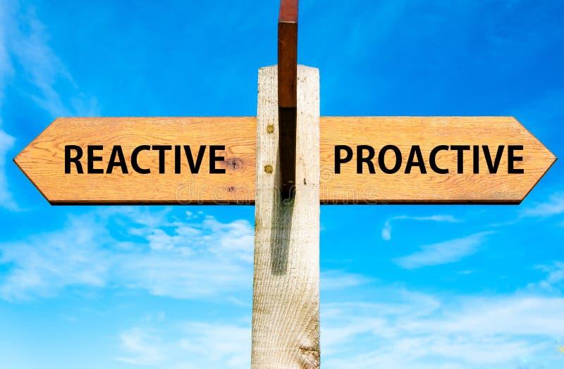 Återverkande kontra proaktiva meddelanden, begreppsmässig bild för uppförande fotografering för bildbyråer