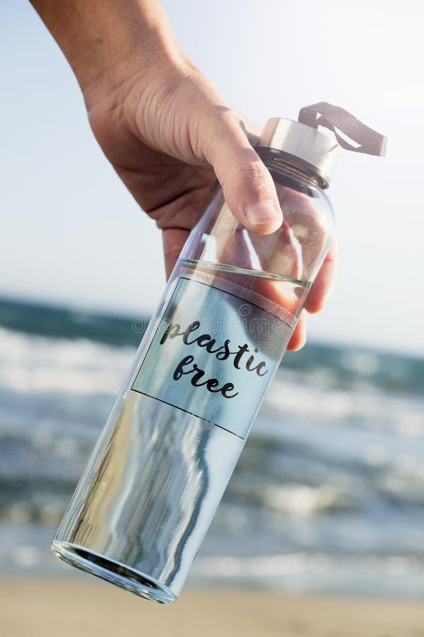 Återvinningsbar vattenflaska med textplasten- fritt royaltyfria foton