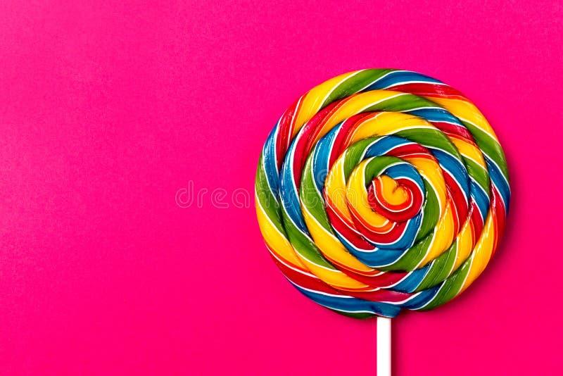 Åtföljande söt virvelgodis Lollypop för smakligt aptitretande parti på P royaltyfri bild