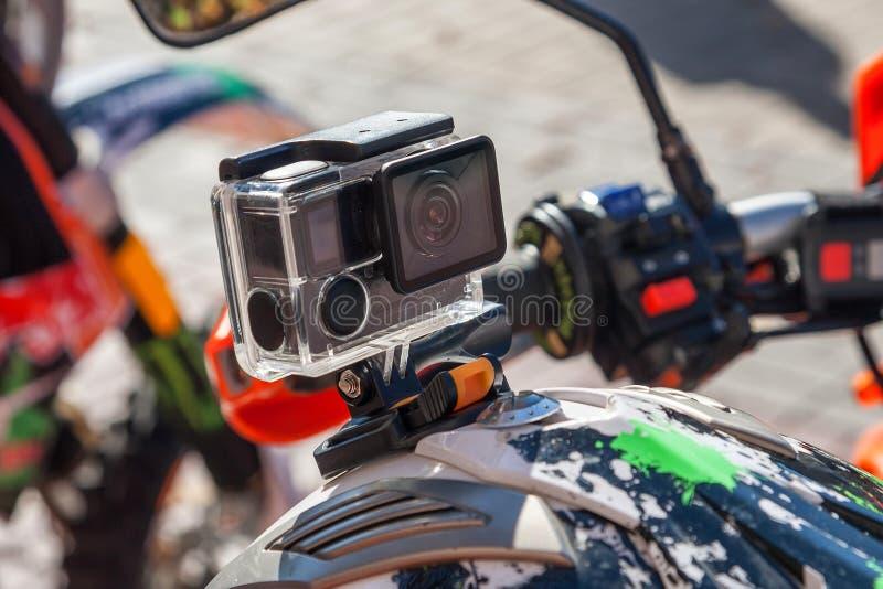 Åtgärda kameran på en hjälm för motorcykelryttare` s fotografering för bildbyråer