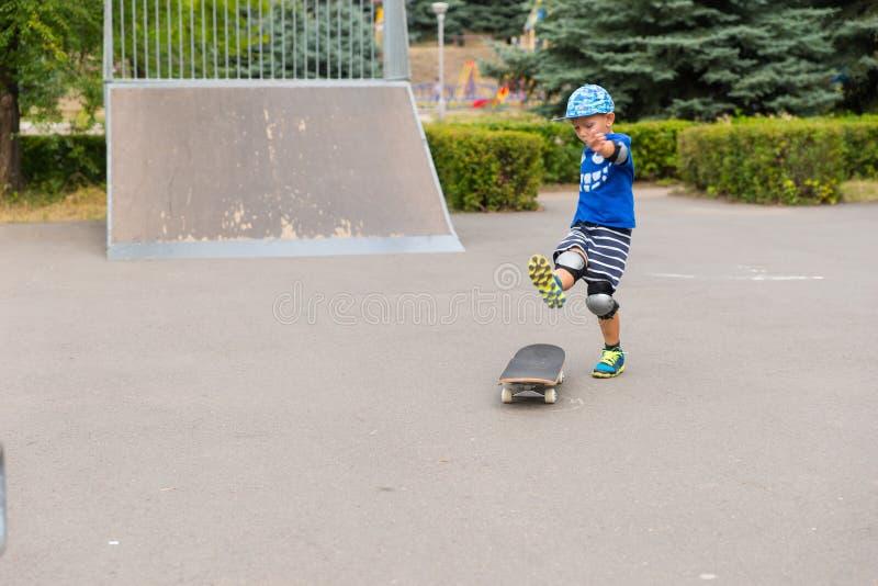 Åtgärda skottet av den unga pojken som Skateboarding nära ramp arkivfoto