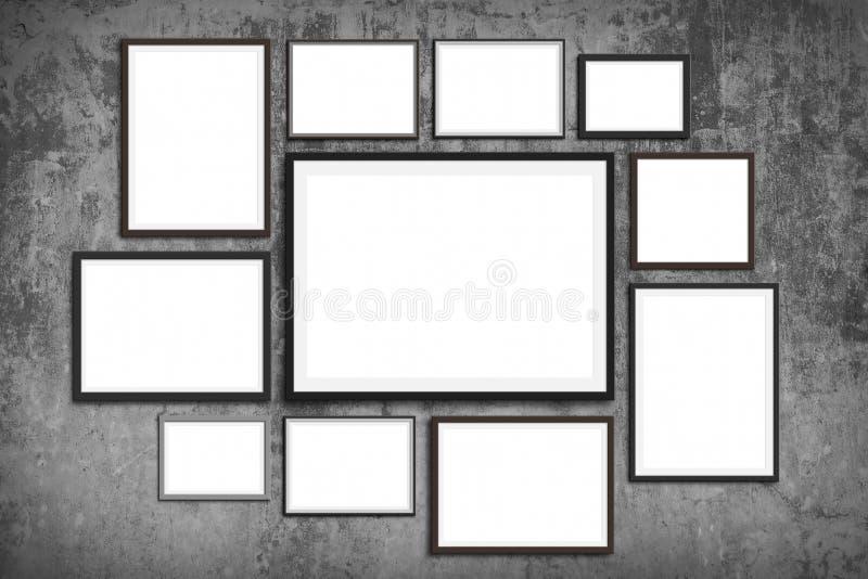 Åtlöje för fotoramvägg upp - uppsättning av bildramar på tappningväggbakgrund arkivfoto