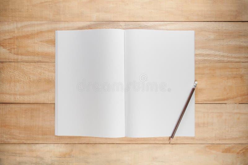 Åtlöje för tomt papper eller bokupp arkivfoto