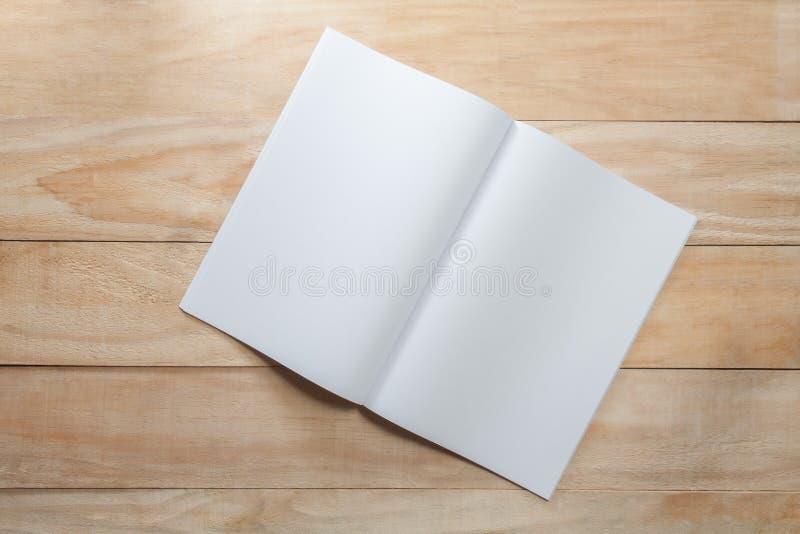 Åtlöje för tomt papper eller bokupp på trä royaltyfri foto