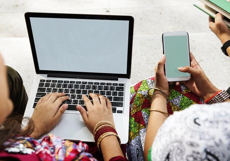 Åtlöje för utrymme för kopia för mobiltelefon för folkanslutningsbärbar dator upp begrepp royaltyfri bild