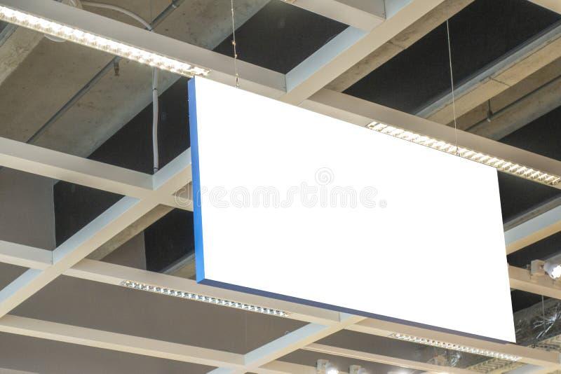 Åtlöje upp Horisontalrektangulär vit tom signage, informationsbrädeinsida i shoppinggallerian, lager arkivfoton