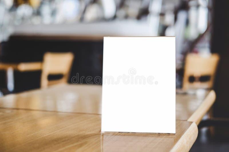 Åtlöje upp mall för modell för akrylramaffischer bildar bakgrund, tom menyram på tabellen i coffee shopställningen för din text a fotografering för bildbyråer
