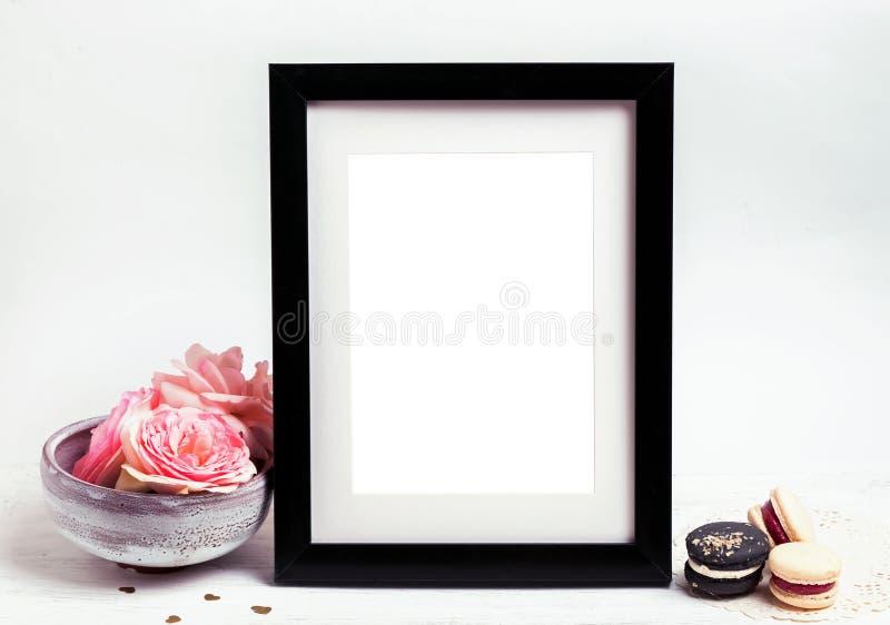 Åtlöje upp med ram- och rosa färgrosor royaltyfria foton