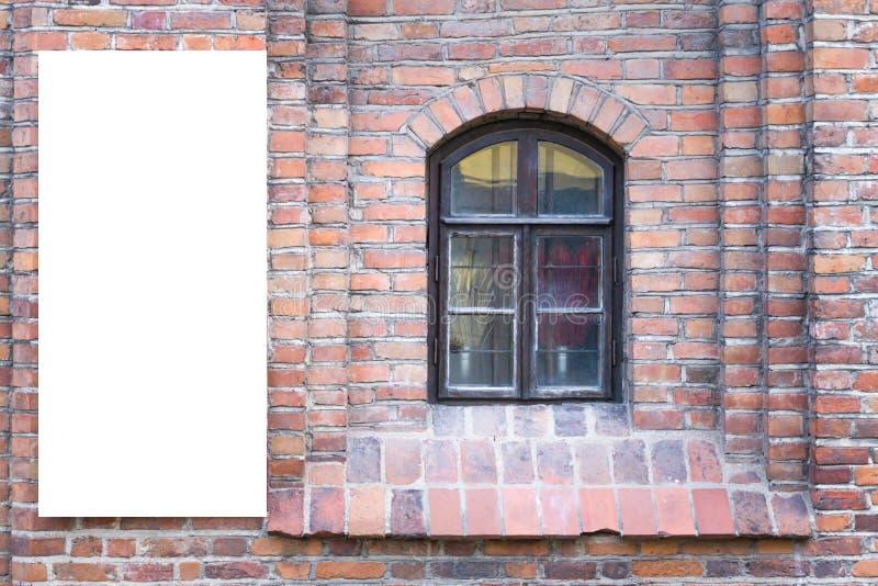 Åtlöje upp Tom affischtavla utomhus, utomhus- advertizing, bräde för offentlig information på den gamla väggen för röd tegelsten arkivfoton