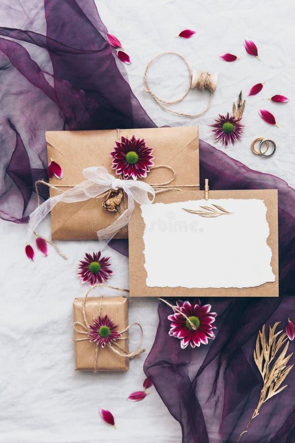 Åtlöje upp uppsättning för Kraft bröllopinbjudan med eukalyptusfilialen på linnebakgrund arkivbild