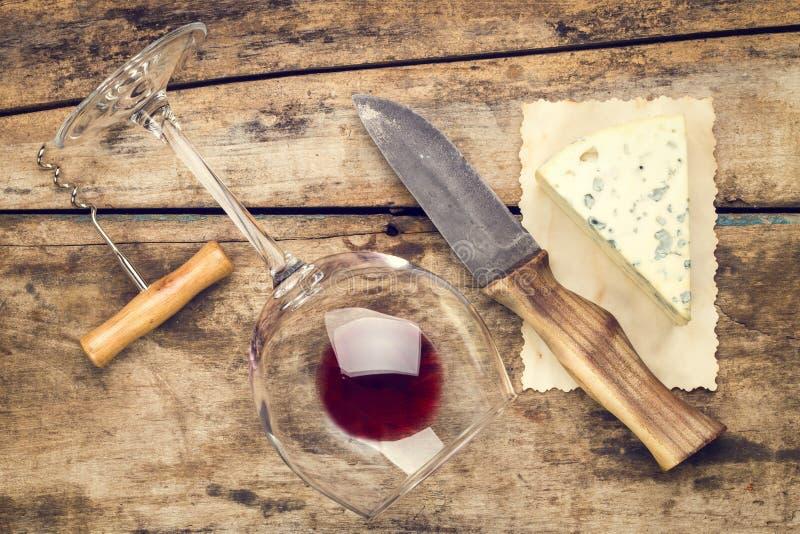 Åtlöje upp vin- och ostuppsättning royaltyfri bild
