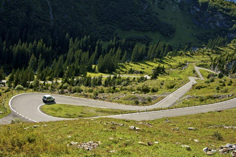 Åtsittande vänd på en bergväg arkivbild