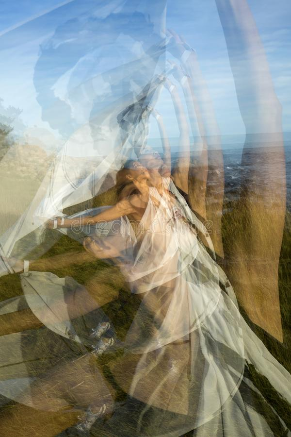 Åtskillig exponering av kvinnadansen på stranden i Connecticut arkivfoton