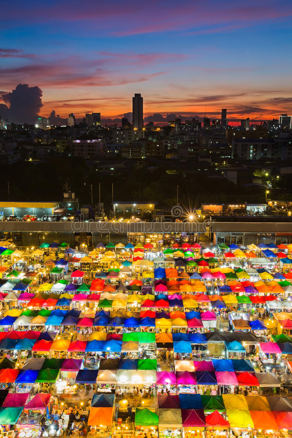 Åtskillig färg av den fria marknaden för paraply under solnedgången Thailand royaltyfria bilder