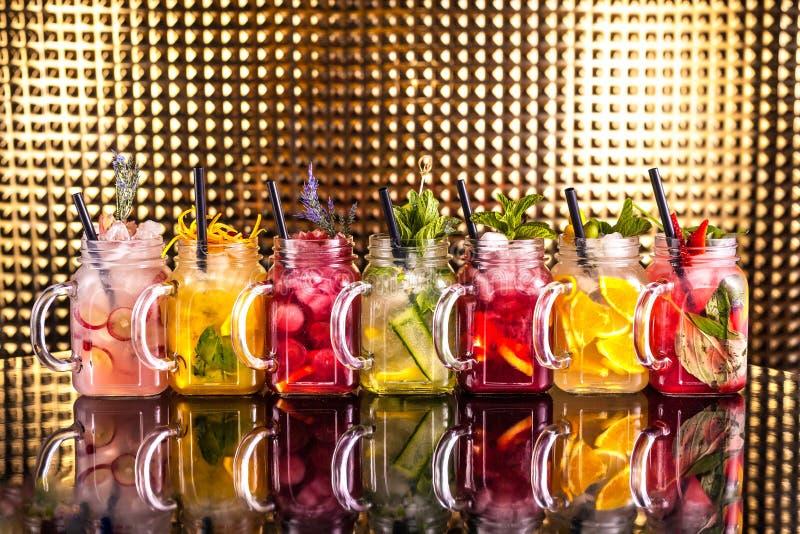 Åtskillig färgrik coctaillemonad med nya frukter royaltyfri bild