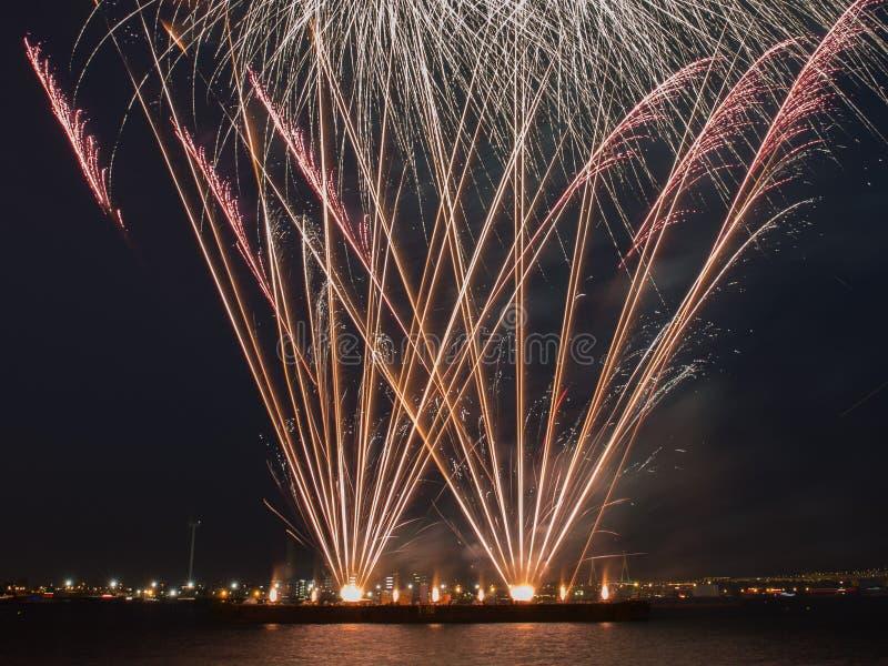 Åtskillig fyrverkeribristning i natthimlen med ljusa slingor arkivbilder