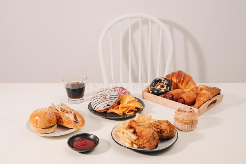 Åtskillig typ av snabbmat Sjukligt matbegrepp arkivfoto