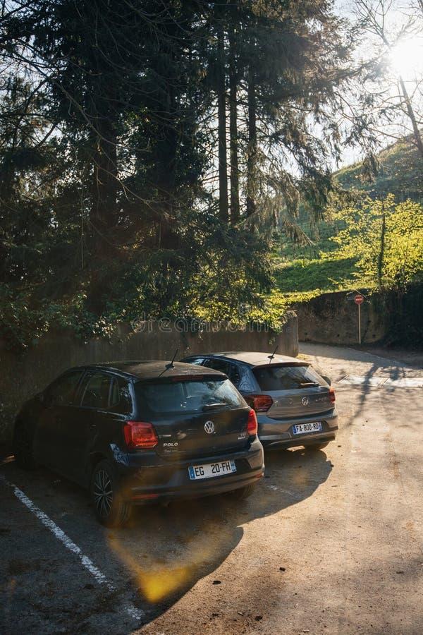 Åtskilliga bilar från Frankrike, Belgien och Schweiz i fransk parkering royaltyfria foton