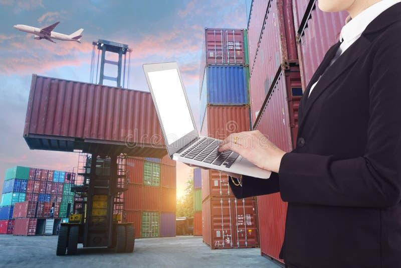 Åtskilliga exponeringar av affärssändnings, logistik, overal branschbakgrund arkivbilder