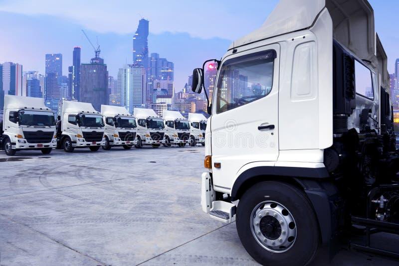 Åtskilliga exponeringar av logistikbakgrund, ny lastbilflotta, flygfrakt, behållarebussgarageservice royaltyfri foto