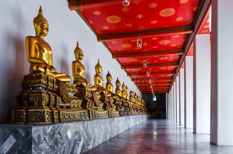 Åtskilliga guld- buddha statyer i tempel i Thailand royaltyfria foton