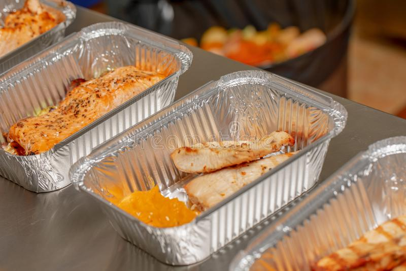 Åtskilliga mål som är klara att äta emballerat i aluminum disponibla matbehållare, tar bort sunt matrestaurangbegrepp Sunt Co royaltyfri bild