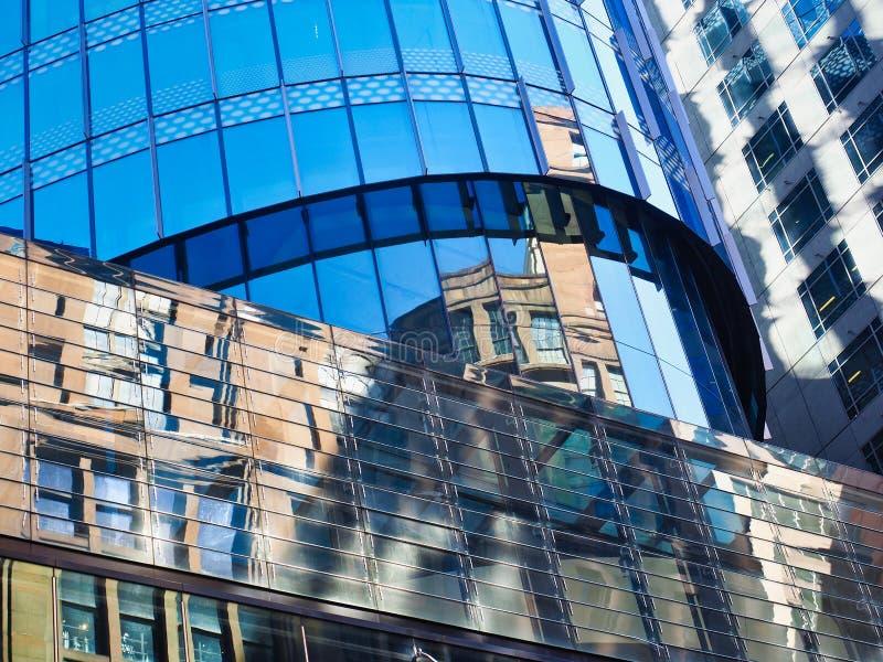 Åtskilliga reflexioner i den moderna byggande glasade fasaden, Sydney, Australien royaltyfria foton